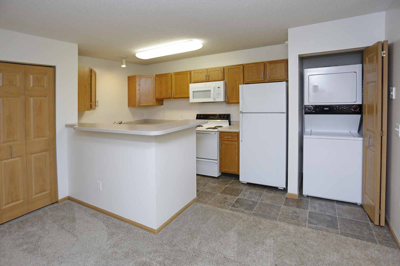 1 bedroom: Spacious kitchen with breakfast bar